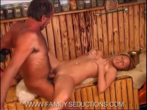 Порно видео доч пристает к отцу
