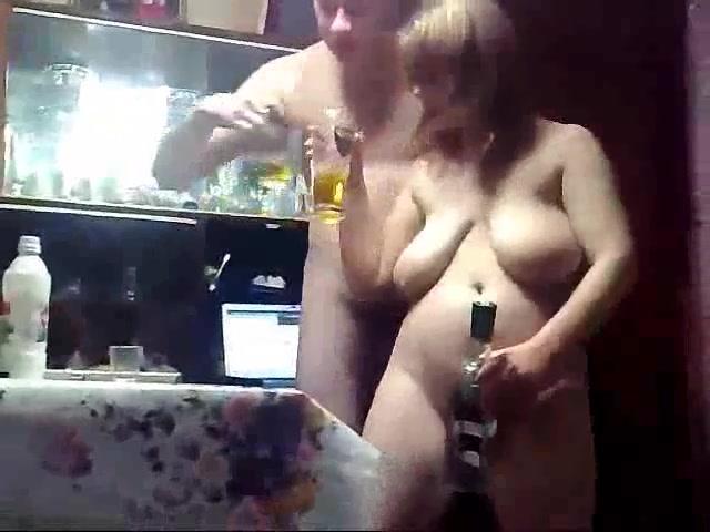 Стриптезер танцует перед пьяными телками