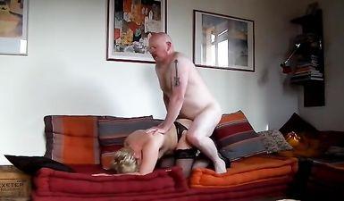 Зрелая семейная пара записала свое домашнее порно