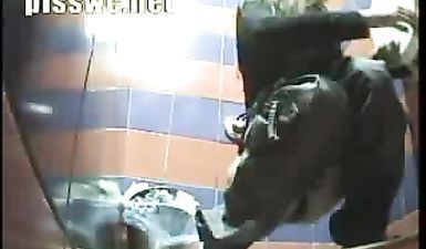 Русская девушка срет в туалете скрытой камерой