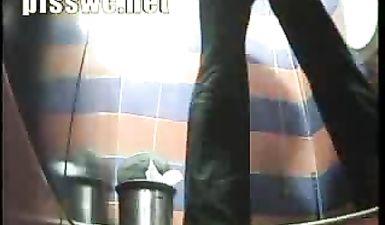 Молодая девушка срет и вытирает грязную жопу бумагой