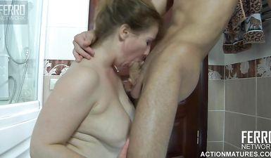 Молодой студент трахнул свою зрелую учительницу у нее дома