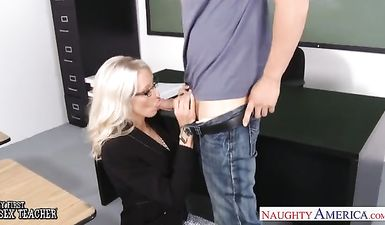 Порно училка трахнула ученика в извращённой форме