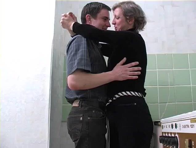 Русское порно ночью под одеялом пока та спола