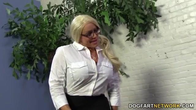 Бесплатное порно видео зрелая женщина в очках сосёт длинный член