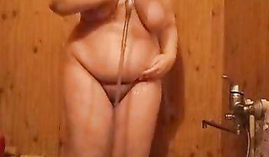 Голая толстушка в ванное моет жирное тело