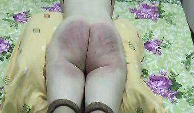 Муж избивает толстую жопу жены ремнем до крови