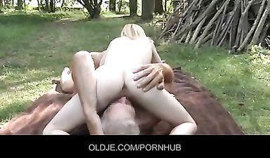 Старый дед трахает двух своих внучек в лесу