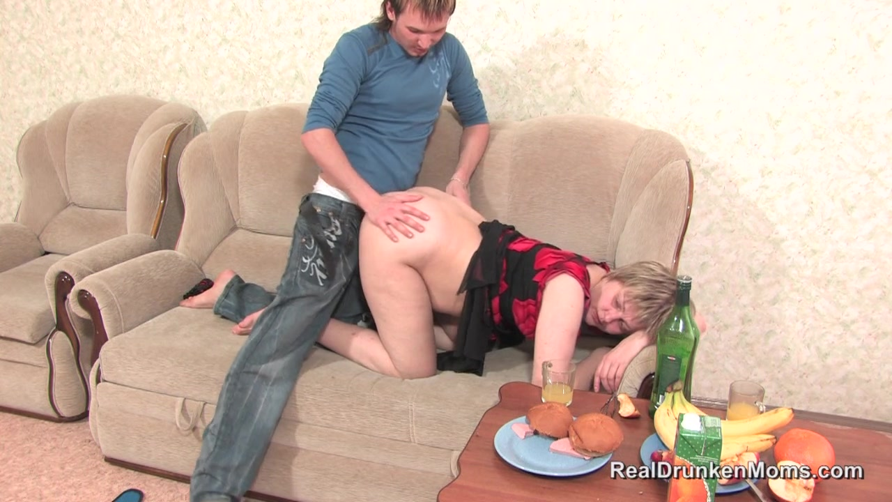 Видео пьяная тетка голая жопа