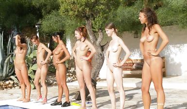 Много голых женщин сразу показывают письки