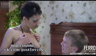 Сосет грудь у жены перед сексом - русское