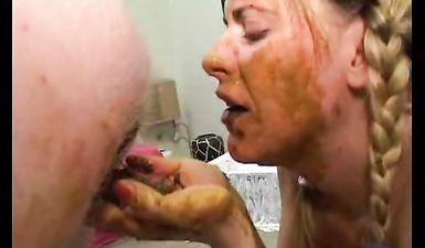 Вместо унитаза муж насрал в рот жене