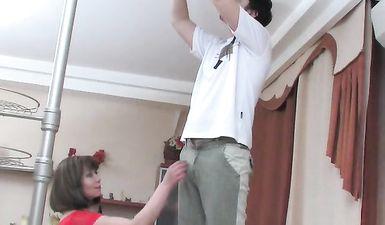 Русская жена изменила мужу с электриком в разных позах