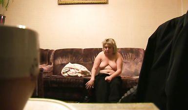 Сын снял на скрытую камеру как мать переодевается