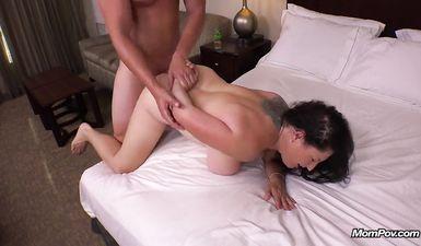 Трахает жену друга в отеле пока муж спит