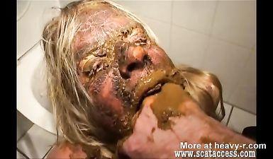 Рот женщины используют как туалет