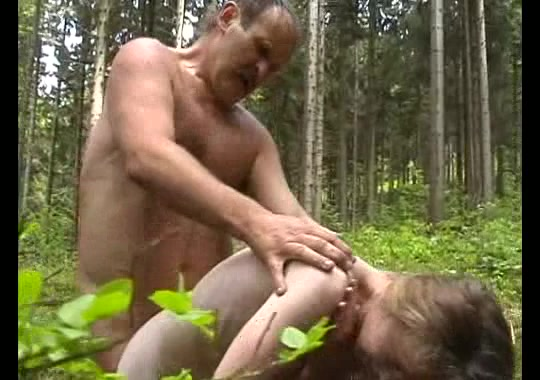 Порно поймали молоденькую в лесу