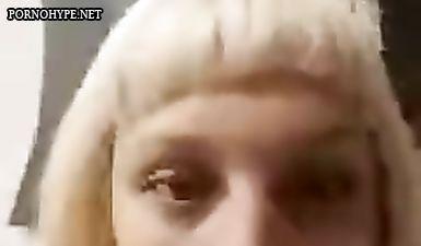 Блондинка в офисе смотрит как мужик дрочит хуй по скайпу