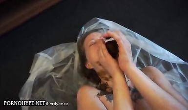 Парень насрал в рот своей девушке большую кучу говна