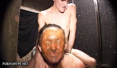 Лысый мужик обкакал девушке лицо и стряхивает в рот пепел
