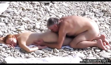 Зрелые нудисты трахаются на пляже в Крыму (скрытая камера)