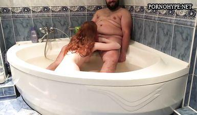 Жирный чеченец трахает рыжую русскую девушку в ванной