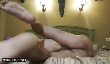 Мужик трахает любовницу в гостинице и тайно это снимает