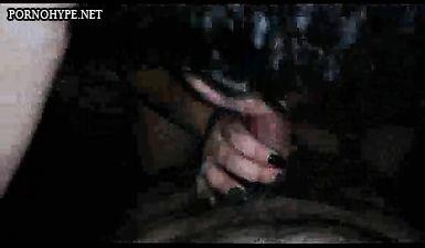 Толстая брюнетка сосё хер у мужика и подрачивает его руками