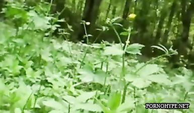 Мужик трахает в рот двух проституток в лесу около трассы