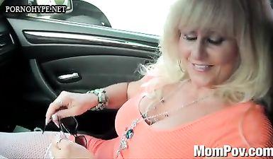 50 летняя зрелая женщина трахается в жопу с молодым парнем в машине