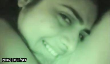 Армянка улыбается и смотрит в камеру во время домашнего секса