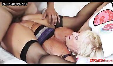 Бабуля села морщинистой жопой на член внука и занимается с ним сексом