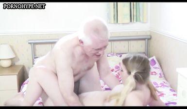Внучка уговорила дедушку полизать ей пизду и потрахаться