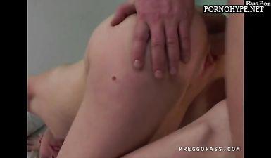 Гинеколог трахает беременную пациентку на больничной койке