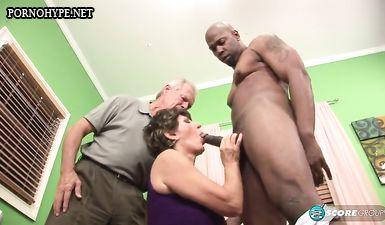 Дедушка смотрит как бабушка трахается с молодым парнем