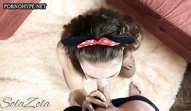 Кудрявая девушка с ушами Микки Мауса делает минет другу