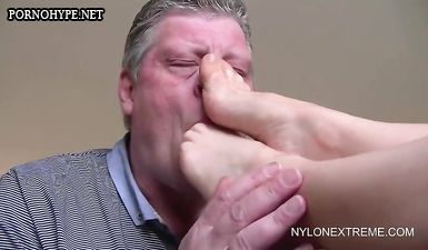Бабушка дрочит ногами член деда, а он сосёт у неё пальцы ног