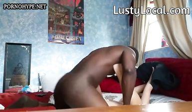 Сексвайф с анальной пробкой в заднице сосёт огромный хуй негра