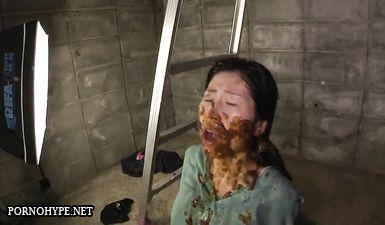 Девушку обосрали и обоссали мужики в подвале