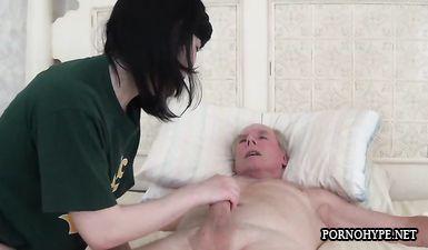 Волосатый брутальный мужик трахает 18 летнюю девочку по-зверски