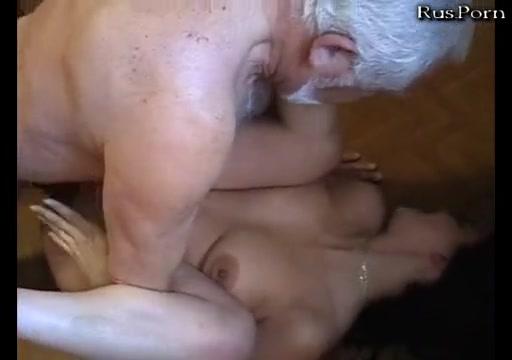 другой вариант в нее кончает толпа мужиков порно было нефиг делать)))