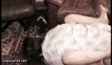 Сутенер снимает как его проститутка трахается с клиентом на диване