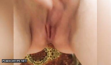 Русская пышка дрочит пальцами клитор и пизду вибратором до оргазма