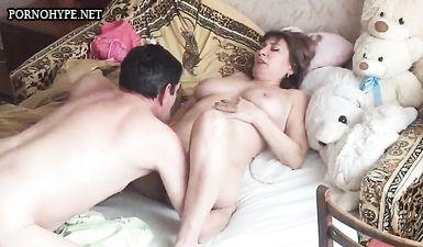 50 летний мужик пердолит свою пожилую жену на кровати и тайно снимает