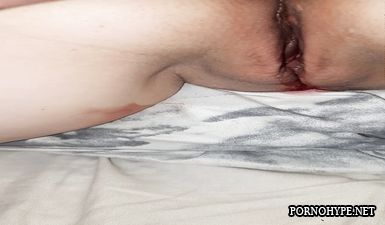 Кровь из влагалища во время месячных крупным планом