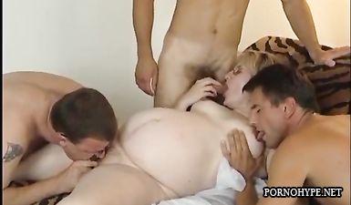 Толпа мужиков трахает беременную женщину в очках во все дырки
