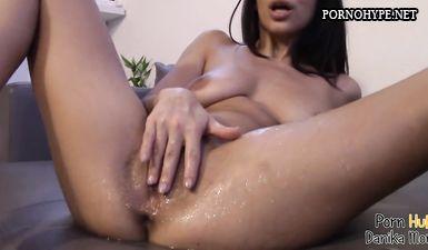 Девушка мастурбирует перед камерой и сквиртует несколько раз подряд