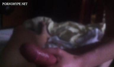 Девочка дрожит руками член в масле парню ночью перед сном