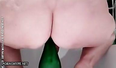 Пожилая русская баба садится жопой на бутылку шампанского полностью