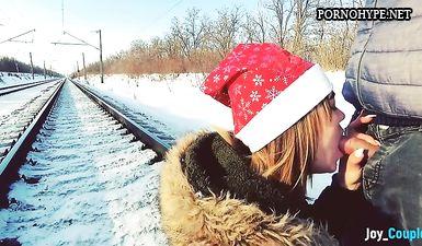 Зимний любительский минет на железной дороге перед идущим поездом